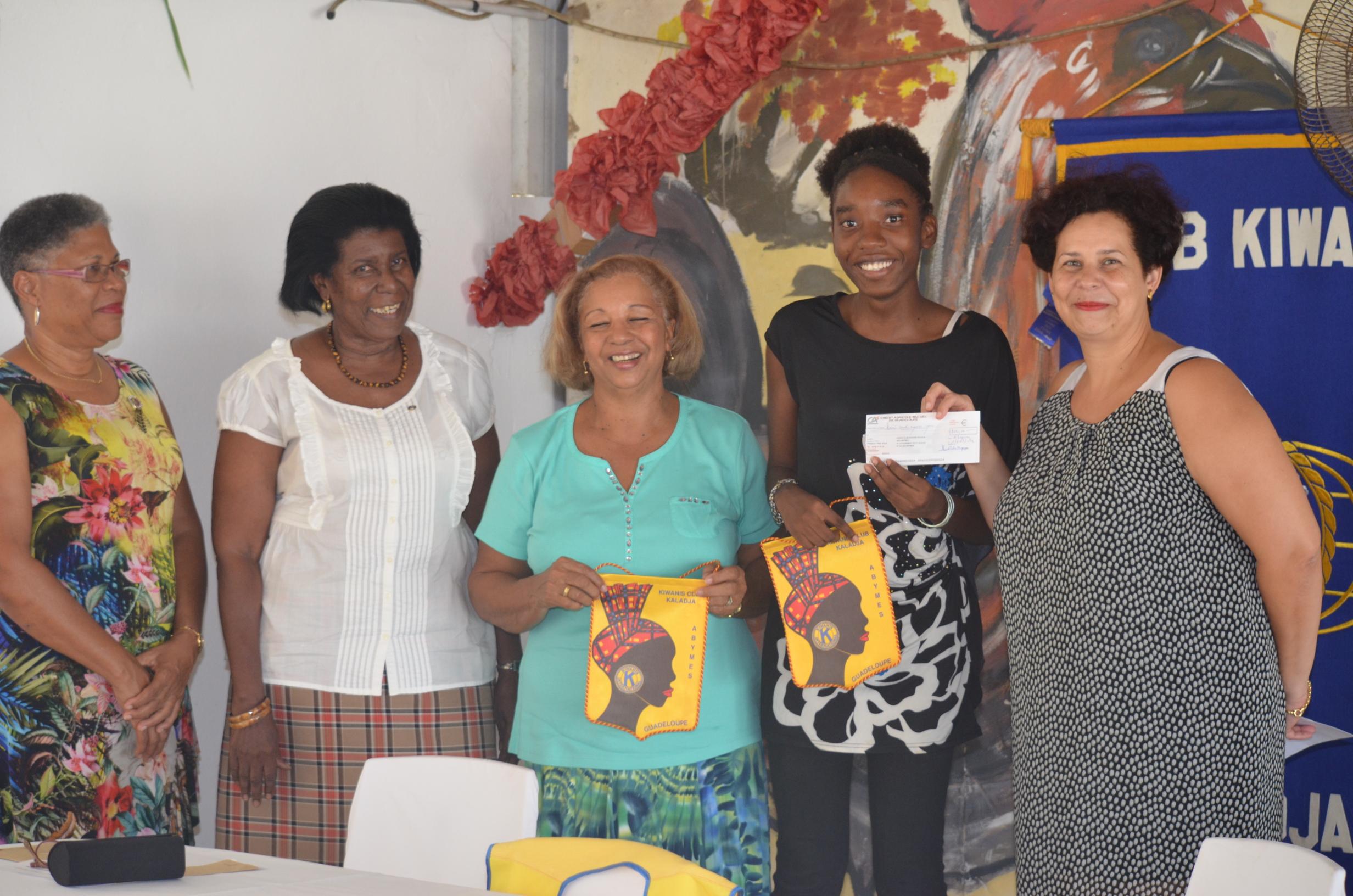 Estelle JOHN entourée des membres du Kiwanis Kaladja